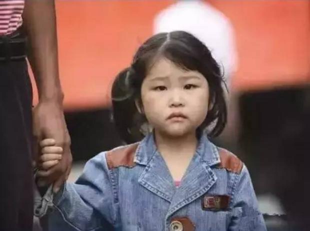Cô bé nghèo trả lại tỷ phú chiếc cặp nhặt được, 20 năm sau, biết bao điều kỳ diệu liên tục xảy ra - Ảnh 1.