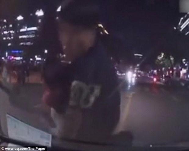 Cãi nhau với vợ, thanh niên trẻ ôm con lao vào đầu xe hơi - Ảnh 3.
