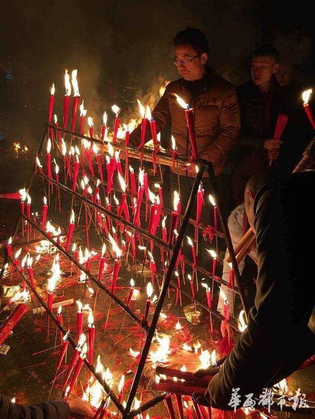 Người dân Trung Quốc chen chúc lên chùa cầu may dịp đầu năm mới - Ảnh 24.