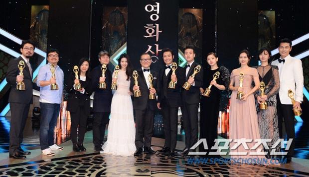 """Phim kinh dị """"The Wailing"""" đánh chiếm Rồng Xanh 2016, Lee Byung Hun lên ngôi Ảnh đế - Ảnh 21."""