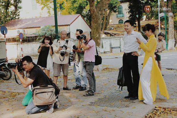 Người Hà Nội thích thú chụp ảnh với những con đường trải thảm lá vàng - Ảnh 6.