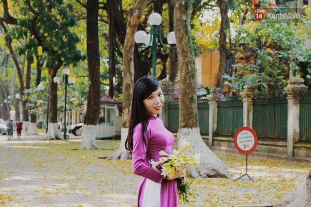Người Hà Nội thích thú chụp ảnh với những con đường trải thảm lá vàng - Ảnh 9.