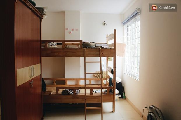 Sinh viên khốn khổ vì vật lộn trong những phòng trọ tồi tàn, lụp xụp mà giá siêu chát - Ảnh 1.