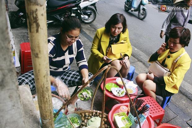 Gánh bún ốc vỉa hè Hà Nội sau ngày lên sóng CNN: Tôi phải đuổi những vị khách đến chỉ vì hiếu kỳ - Ảnh 7.