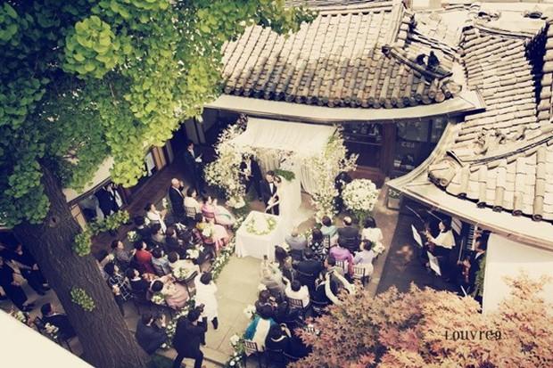 Vợ tài tử Jang Dong Gun đến dự đám cưới nữ diễn viên Chuyện tình Paris cùng con trai tài phiệt - Ảnh 2.