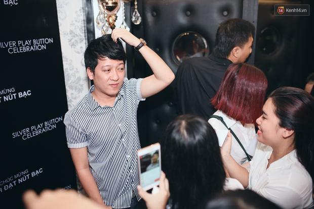 Trường Giang hào hứng ký tên lên áo fan nữ, nhí nhố trong sự kiện - Ảnh 3.