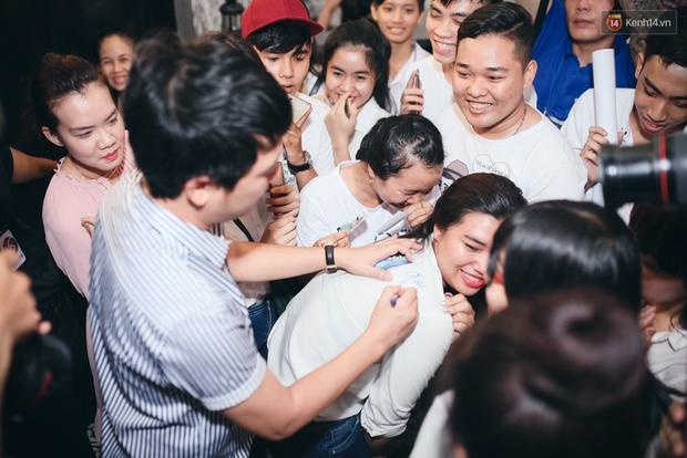 Trường Giang hào hứng ký tên lên áo fan nữ, nhí nhố trong sự kiện - Ảnh 4.