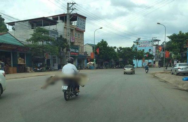 Thi thể cuốn chiếu trên xe máy: Dân bản góp gạo, đồ ăn lo ma chay cho người phụ nữ nghèo - Ảnh 2.