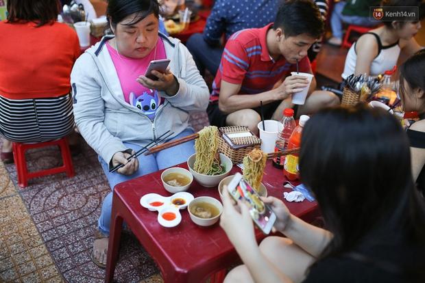 Mì bay - chứ không phải là Mì cay nhé - mới là món ăn hot nhất Sài Gòn bây giờ - Ảnh 8.