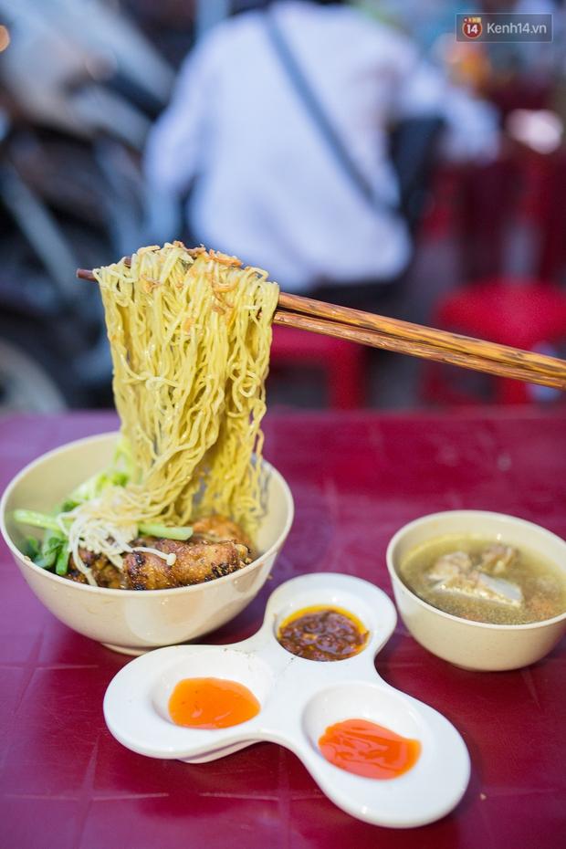 Mì bay - chứ không phải là Mì cay nhé - mới là món ăn hot nhất Sài Gòn bây giờ - Ảnh 6.