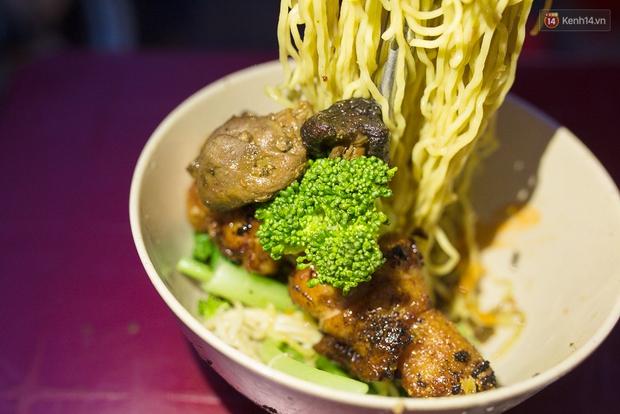 Mì bay - chứ không phải là Mì cay nhé - mới là món ăn hot nhất Sài Gòn bây giờ - Ảnh 13.