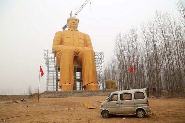 Những bức tượng khổng lồ sớm xây tối phá ở Trung Quốc - Ảnh 1.