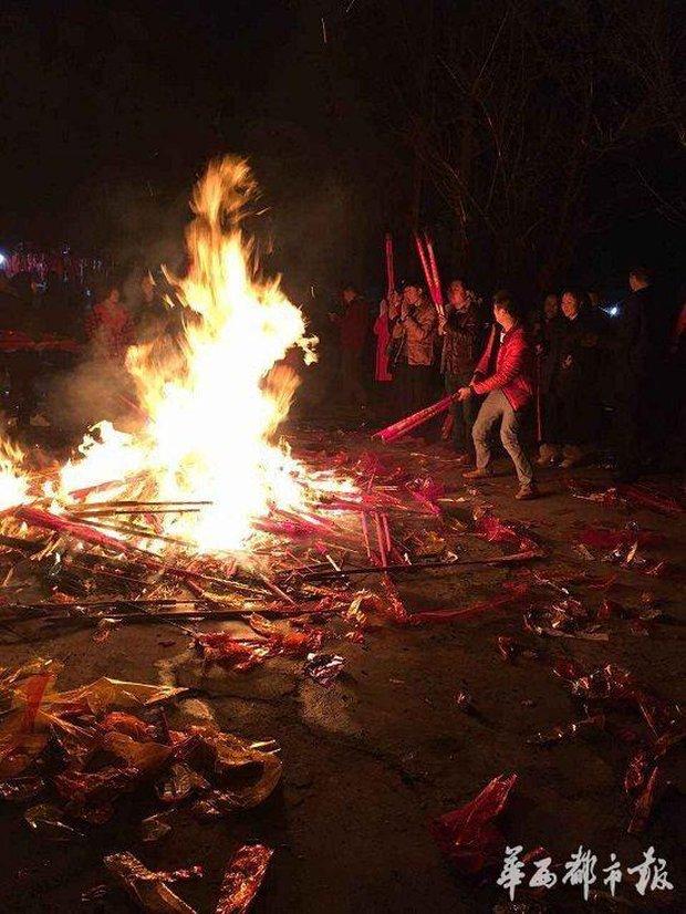 Người dân Trung Quốc chen chúc lên chùa cầu may dịp đầu năm mới - Ảnh 25.