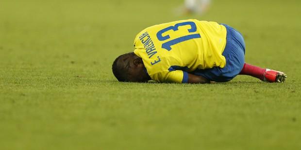 Bi hài: Giả vờ chấn thương trốn cảnh sát, sao Everton bị bắt ngay giữa lúc trận đấu đang diễn ra - Ảnh 2.