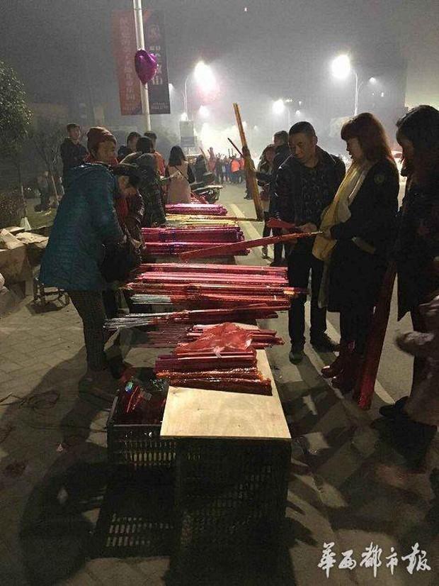 Người dân Trung Quốc chen chúc lên chùa cầu may dịp đầu năm mới - Ảnh 26.
