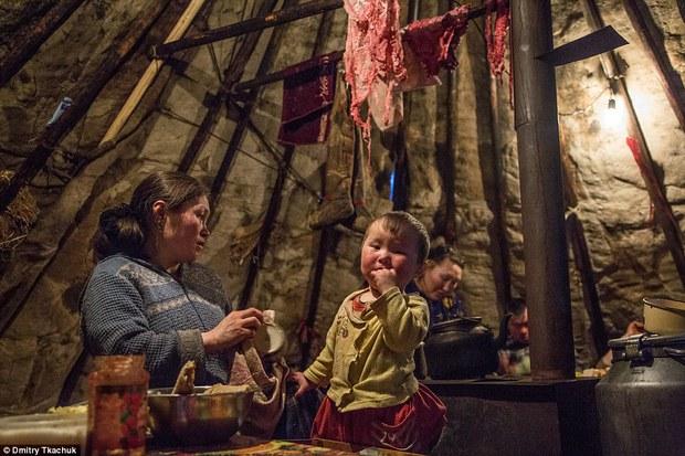 Chùm ảnh tuyệt đẹp về bộ tộc chuyên ăn thịt sống, uống máu tuần lộc - Ảnh 22.