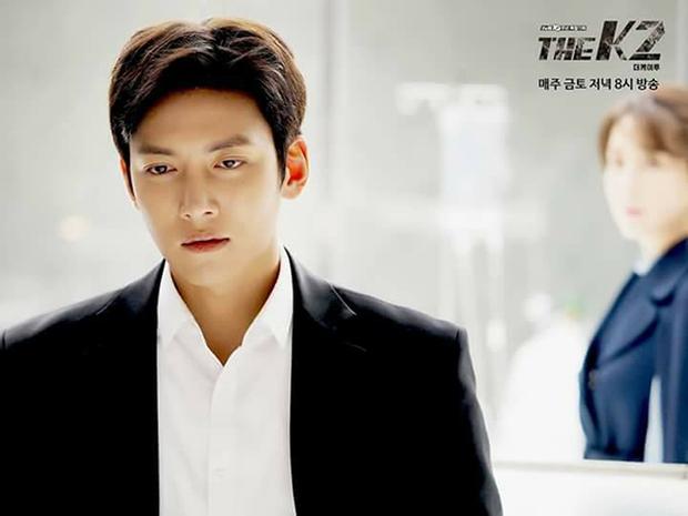 """""""K2"""": Ji Chang Wook bất lực nhìn Yoona bị kẻ thù bắt cóc - Ảnh 24."""
