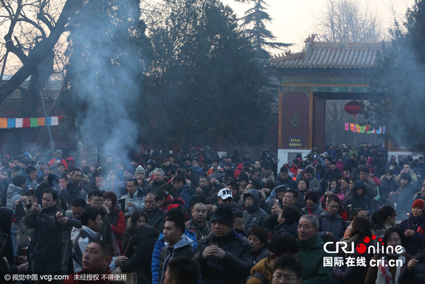 Người dân Trung Quốc chen chúc lên chùa cầu may dịp đầu năm mới - Ảnh 10.