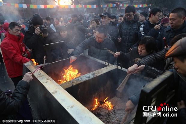 Người dân Trung Quốc chen chúc lên chùa cầu may dịp đầu năm mới - Ảnh 8.