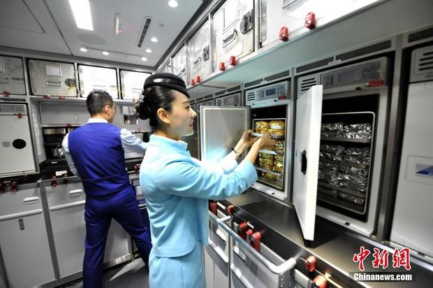 Chùm ảnh: Mục sở thị quy trình chuẩn bị thức ăn hàng không cực kỳ khoa học và nghiêm ngặt - Ảnh 14.