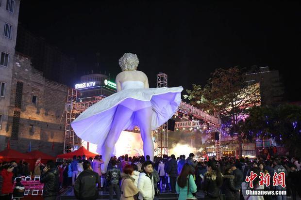 Những bức tượng khổng lồ sớm xây tối phá ở Trung Quốc - Ảnh 8.