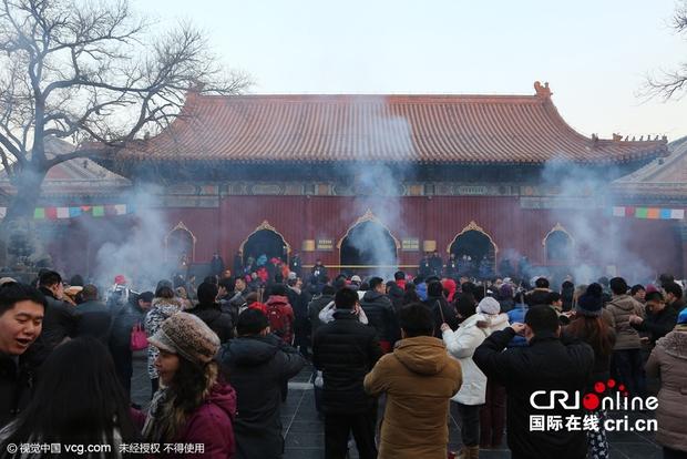 Người dân Trung Quốc chen chúc lên chùa cầu may dịp đầu năm mới - Ảnh 9.
