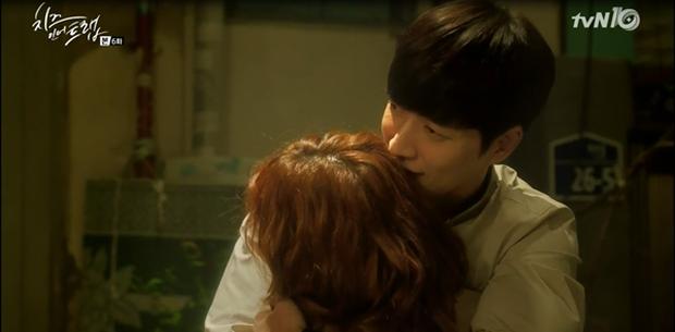 """""""Cheese In The Trap"""": Bấn loạn trước nụ hôn """"hụt"""" trên giường của Park Hae Jin - Ảnh 28."""