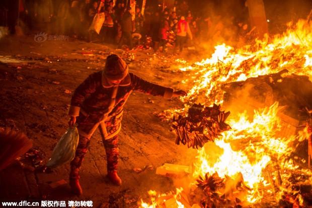 Người dân Trung Quốc chen chúc lên chùa cầu may dịp đầu năm mới - Ảnh 30.