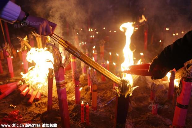 Người dân Trung Quốc chen chúc lên chùa cầu may dịp đầu năm mới - Ảnh 23.