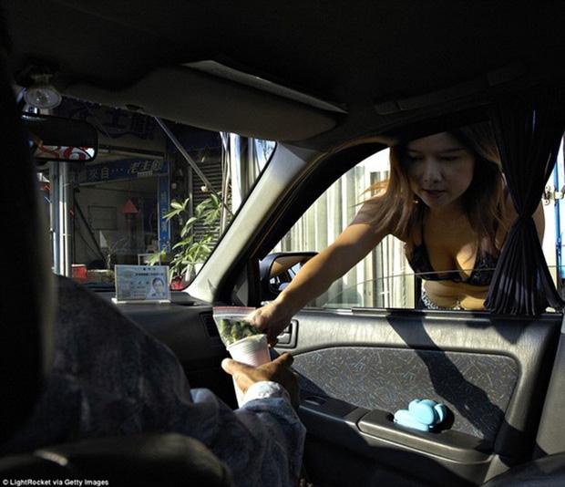 Cuộc sống ít người biết của những nàng Tây Thi bán trầu nóng bỏng trên đường phố Đài Loan - Ảnh 9.