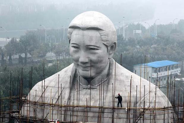 Những bức tượng khổng lồ sớm xây tối phá ở Trung Quốc - Ảnh 5.