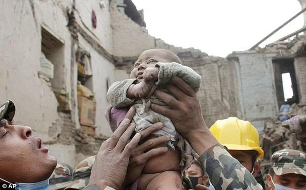Cậu bé sống sót thần kỳ sau 22 tiếng mắc kẹt trong trận động đất gây chấn động thế giới giờ ra sao? - Ảnh 1.