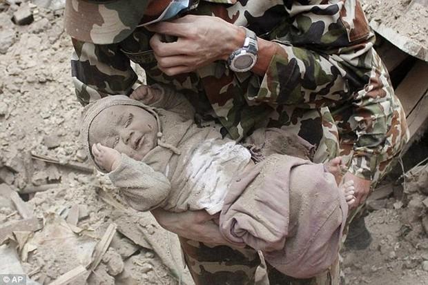 Cậu bé sống sót thần kỳ sau 22 tiếng mắc kẹt trong trận động đất gây chấn động thế giới giờ ra sao? - Ảnh 2.