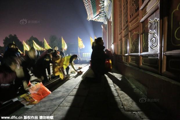 Người dân Trung Quốc chen chúc lên chùa cầu may dịp đầu năm mới - Ảnh 27.