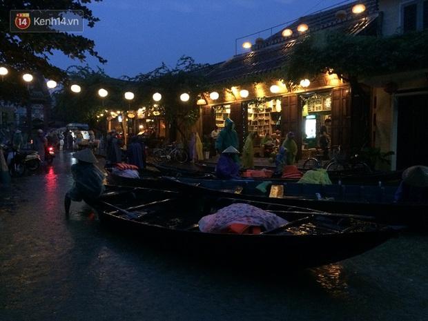 Hội An ngập trong nước lũ, dịch vụ chèo thuyền ngắm phố cổ hút khách - Ảnh 15.