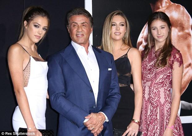 Nhìn 3 cô con gái xinh đẹp này, hẳn ai cũng muốn làm rể nhà sao Rambo Sylvester Stallone - Ảnh 1.
