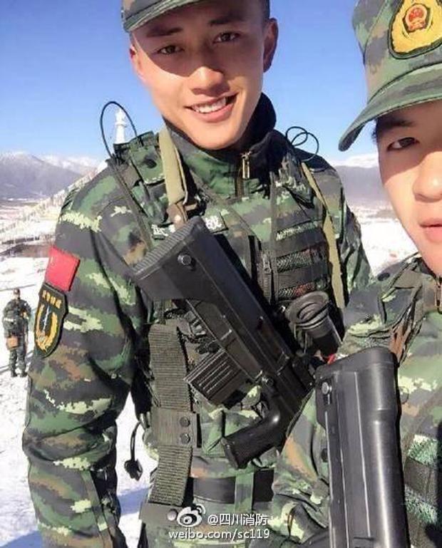 Soái ca quân nhân phiên bản Trung Quốc được khen đẹp trai hơn cả Song Joong Ki - Ảnh 1.