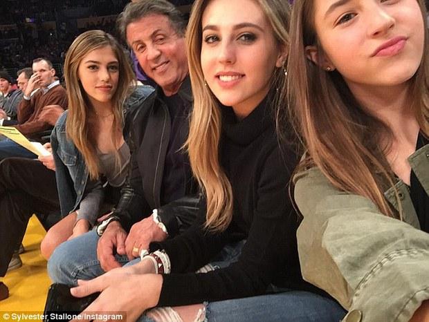 Nhìn 3 cô con gái xinh đẹp này, hẳn ai cũng muốn làm rể nhà sao Rambo Sylvester Stallone - Ảnh 24.