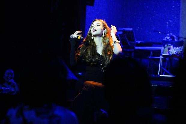 Clip: Hồ Ngọc Hà tự đệm đàn và thể hiện bản hit Anh Cứ Đi Đi của Hari Won - Ảnh 6.