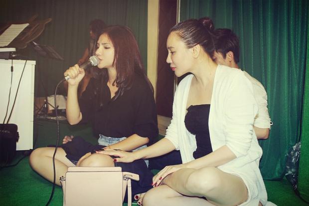 Hồ Quỳnh Hương giản dị ngồi bệt dạy hát cho học trò - Ảnh 2.