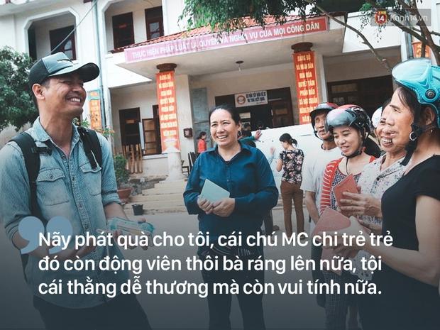 Người dân rốn lũ nói về Phan Anh: Cái chú MC trẻ trẻ phát quà xong còn động viên thôi bà ráng lên nữa - Ảnh 1.