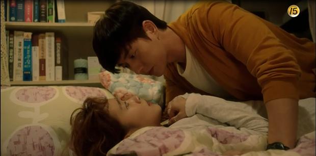 """""""Cheese In The Trap"""": Bấn loạn trước nụ hôn """"hụt"""" trên giường của Park Hae Jin - Ảnh 3."""