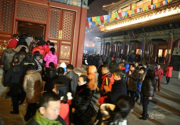 Người dân Trung Quốc chen chúc lên chùa cầu may dịp đầu năm mới - Ảnh 4.