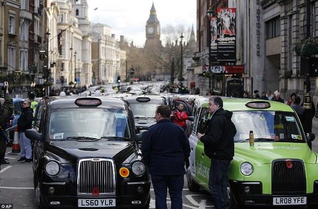 """Anh: Hơn 8.000 tài xế taxi """"phong tỏa"""" trung tâm thủ đô London để biểu tình phản đối Uber - Ảnh 3."""