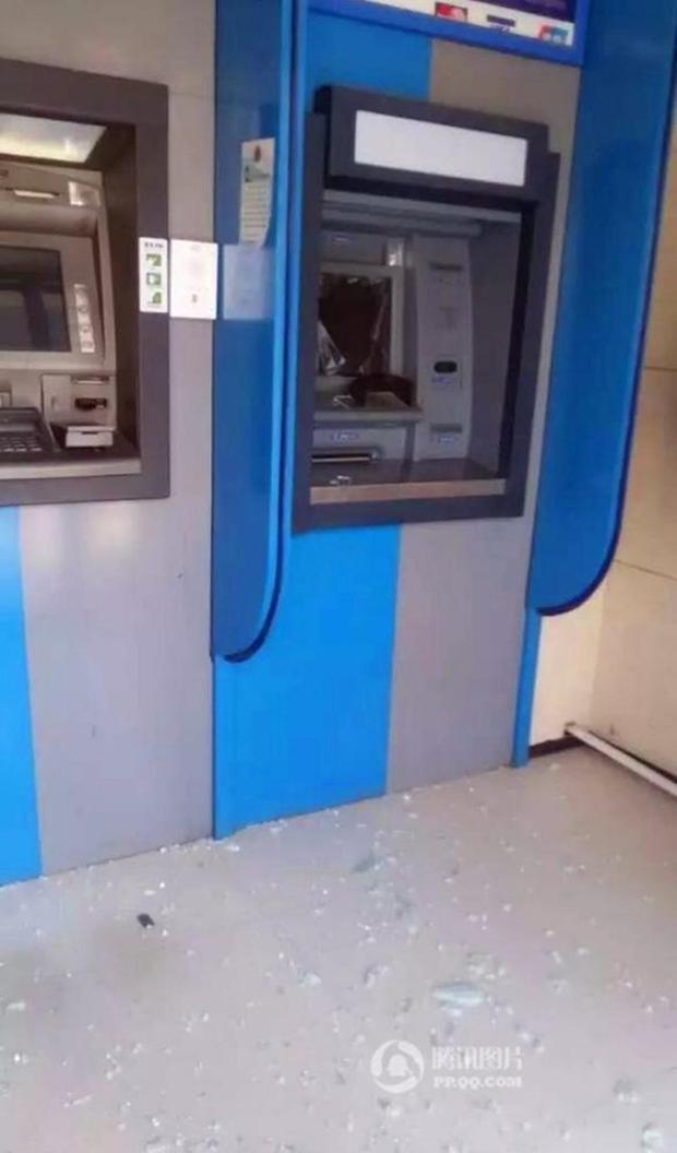 Cụ ông không rút được tiền, cụ bà cầm búa phá tan cây ATM - Ảnh 5.