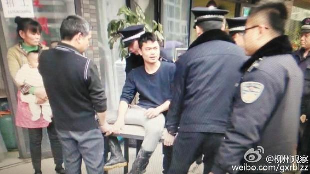 Anh bán mỳ vỉa hè cưỡng hôn cảnh sát vì bị tịch thu đồ nghề - Ảnh 2.