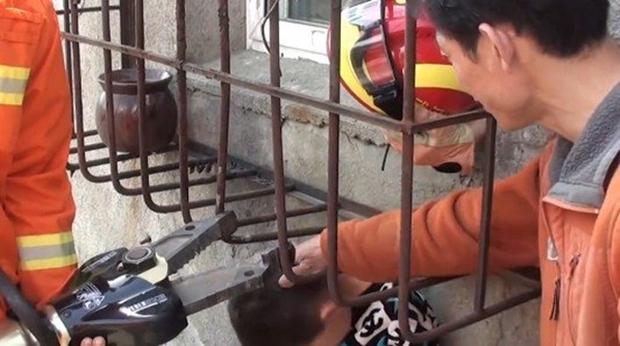 Con trai bị kẹt đầu vào rào chống trộm, bố đứng bên cạnh cười ha ha - Ảnh 3.