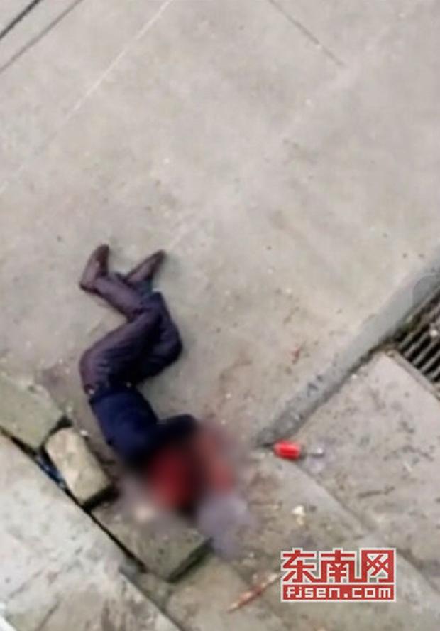 Video gây phẫn nộ: Con trai đánh bố như bổ củi giữa đường phố, người đi đường bàng quan đứng nhìn - Ảnh 9.