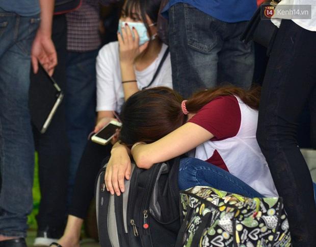 Người dân hai miền rời thành phố về nghỉ lễ, bến xe, sân bay đông nghịt - Ảnh 3.