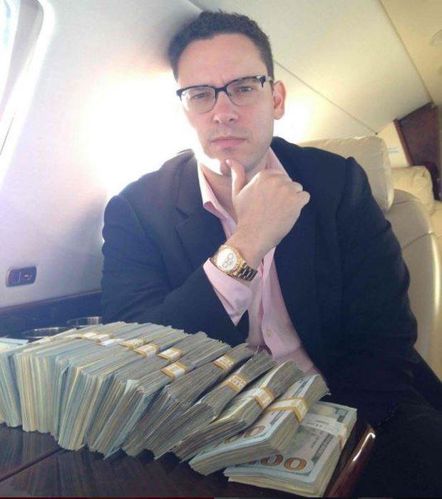 Thánh khoe của mới nổi: Lúc nào cũng cắp nách cả triệu đô tiền mặt chỉ để... chụp ảnh đăng Instagram - Ảnh 2.